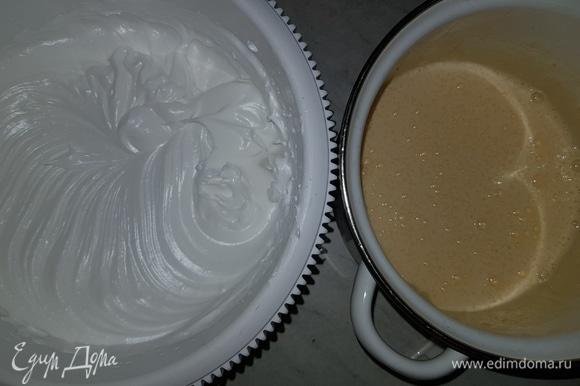 Белки отделяем от желтков. Начинаем взбивать белки миксером на низкой скорости, постепенно ее увеличивая. Взбиваем до увеличения в объеме в 5–6 раз. Постепенно всыпаем 150 г сахара, ванильный сахар и в конце — 4 ст. л. кипятка, взбиваем до устойчивой глянцевой массы. Желтки взбиваем с 50 г сахара до побеления и увеличения массы.