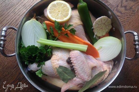 Помыть курицу, разрезать на две части. Положить в кастрюлю. Все овощи почистить, разрезать пополам (чеснок я не очищаю — кладу так). Добавить соль, перец, лавровый лист. Залить холодной водой.