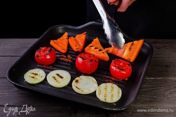 Обжарьте овощи на гриле.