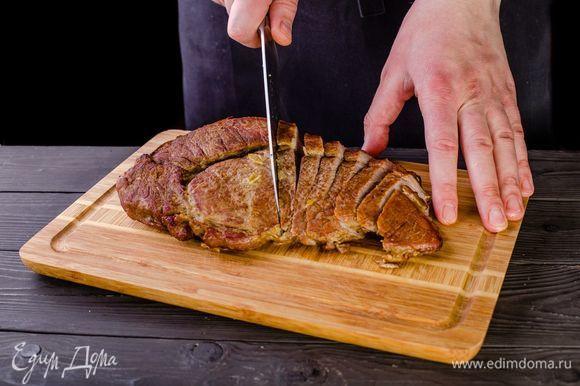 Нарежьте запеченное мясо ломтиками, выложите к нему приготовленные на гриле овощи.