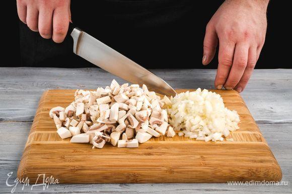Подготовьте начинку. Репчатый лук и грибы мелко нарежьте.