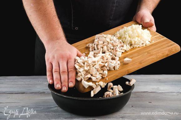 В сковороду добавьте растительное масло и обжарьте грибы и лук.