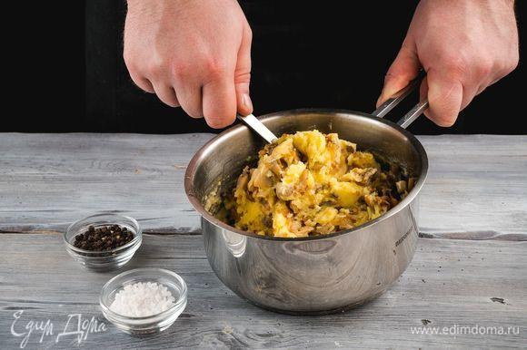 Соедините картофельное пюре, грибы и лук. Посолите и поперчите по вкусу.