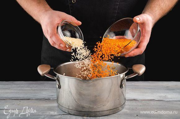 Далее добавьте чечевицу и рис. Обжарьте все в течение 5 минут, помешивая.