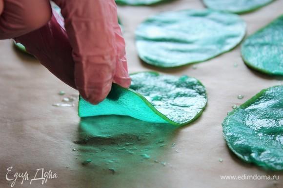 Выкладывать груши на пергамент или поддон дегидратора. Удобно выкладывать при помощи щипцов для спагетти. Я воспользовалась перчатками.