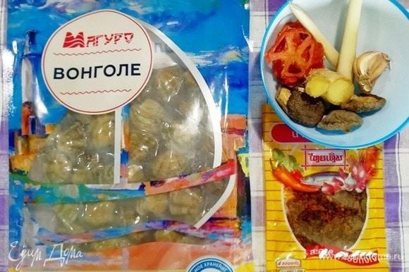 Подготовим основные ингредиенты: клеммы вонголе ТМ «Магуро», сушеные грибы шиитаке, имбирь, чеснок, сушеные пряные помидоры, лемонграсс и острые сушеные креветки.