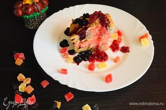 Мы очень любим есть бисквит с добавлением варенья, красной и черной смородины. Варенье придает кислинку, что становится невероятно вкусно. Приятного аппетита!