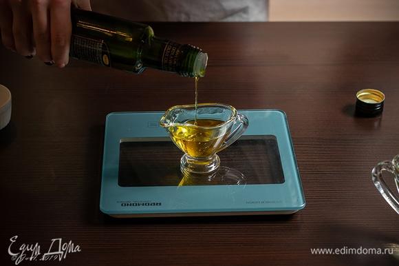 Растительного масла на одно яйцо возьмите 160 мл, а оливкового — 40 мл, иначе будет горчить. По факту может уйти не все, зависит от желаемой консистенции, главное — помнить, что пропорция оливкового к рафинированному составляет 1:4.