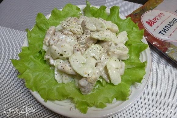 Пока нарезать салат айсберг, зеленый салат нарвать кусочками. Подойдет любой салатный микс, рукола, шпинат или листья пекинской капусты. На тарелку выкладываем салатный микс, а сверху — рыбный салат.