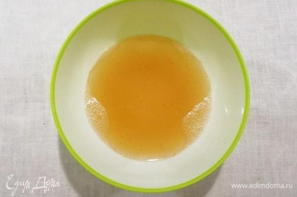 Сливаем воду, в которой варились креветки. Разводим в ней желатин.