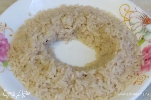 Полстакана промытого риса залить стаканом холодной воды. Туда же добавить жидкость из банки с рыбными консервами. Сварить рис на медленном огне до готовности. Если надо, посолить.