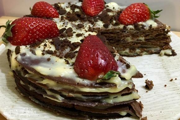 Отрезаем кусочек, и можно наслаждаться вкусом шоколадного тортика. Приятного аппетита!