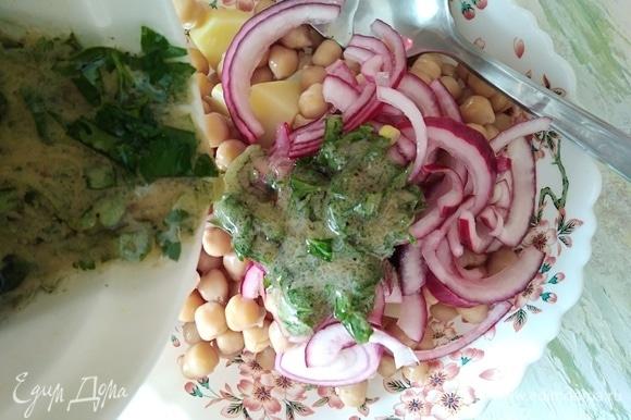 Соединить нут, картофель и лук. Залить заправкой и перемешать. Переложить в салатник.