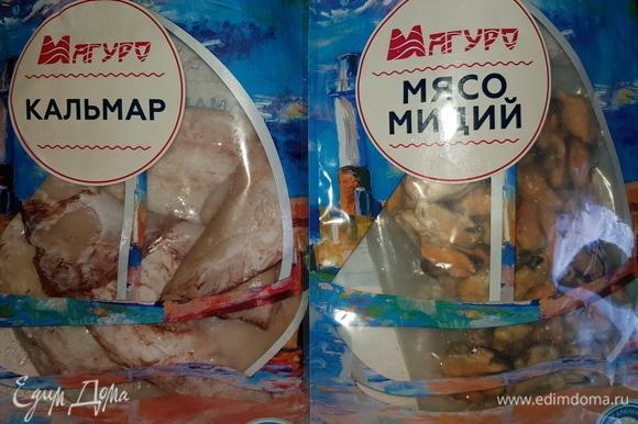 Кальмары и мидии ТМ «Магуро» разморозить. Мидии хорошо промыть, удалить морские водоросли. Кальмары обдать кипятком, почистить и промыть.