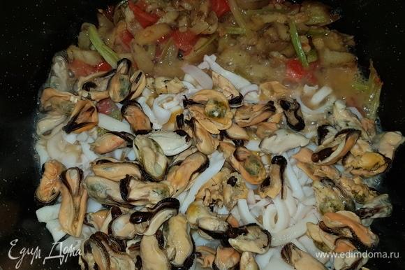 К кальмарам добавляем мидии и перемешиваем. Солим по вкусу.