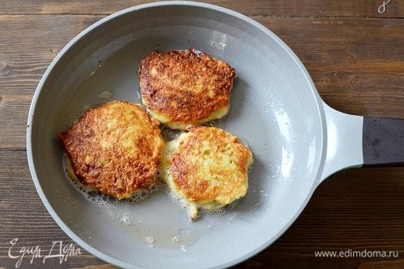 Обжаривайте небольшие блины на сковороде с маслом.