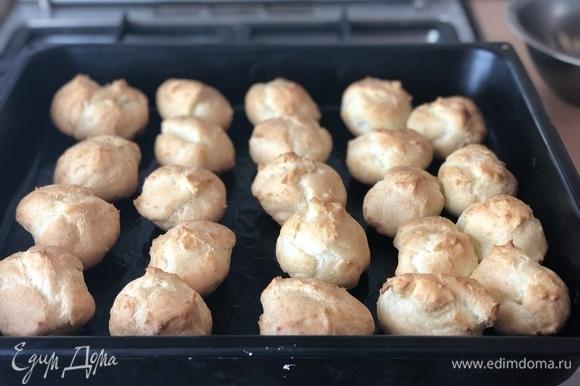 Для выпечки поставить противень в жаркий духовой шкаф на 15–20 минут, а как только булочки зарумянятся и увеличатся в объеме, убавить жар в шкафу, не вынимая булочки, и допечь до готовности. Готовность булочек можно проверить деревянной палочкой или зубочисткой, вставив аккуратно в булочку. Если на палочке теста не останется, значит булочки внутри пропеклись.