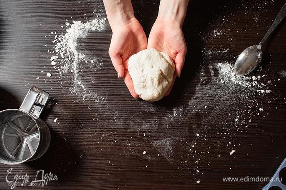 В идеале хватает только яиц, чтобы тесто было мягким и эластичным, но, если чувствуете, что не промешать, добавляйте воды (по полчайной ложки), пока не почувствуете эластичность. Кто-то добавляет растительное масло, но об этом узнала уже после приготовления.