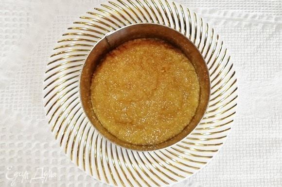 Я сразу взяла тарелку для подачи. Устанавливаем на нее кулинарное кольцо и утрамбовываем основу. Убираем основу в холодильник, пока приготовим начинку.