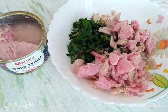 В раскрошенный хлеб добавить измельченную петрушку и филе тунца ТМ «Магуро». Перемешать.