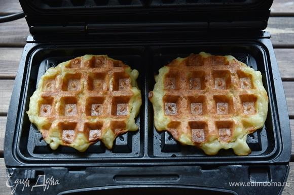Вафельницу разогреть, выложить по 1–1,5 ст. л. картофельного теста и выпекать вафли до готовности.