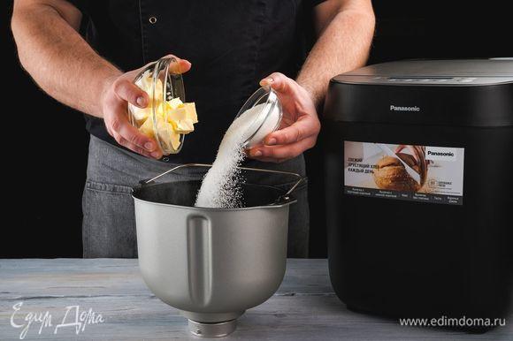 Поочередно положите в форму для выпечки сливочное масло, нарезанное кубиками по 1 см, сахар.