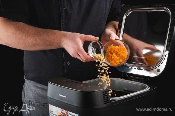 По звуковому сигналу добавьте в тесто нарезанные цукаты, курагу, орехи и семена льна.