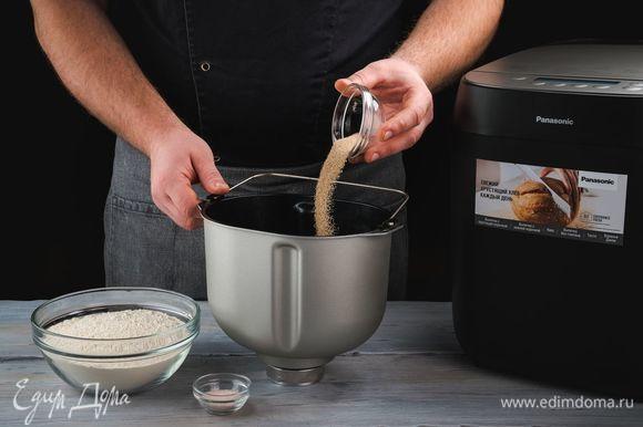 Положите в форму для выпечки дрожжи, муку, соль.