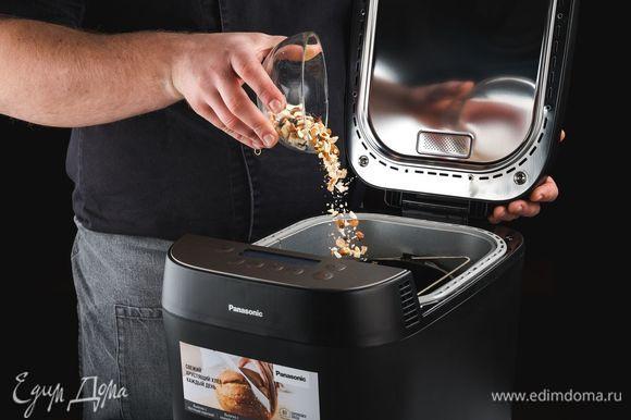 После звукового сигнала добавьте смесь молотых орехов и изюма.