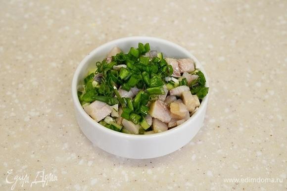 Все перемешайте, добавьте нарезанный зеленый лук.