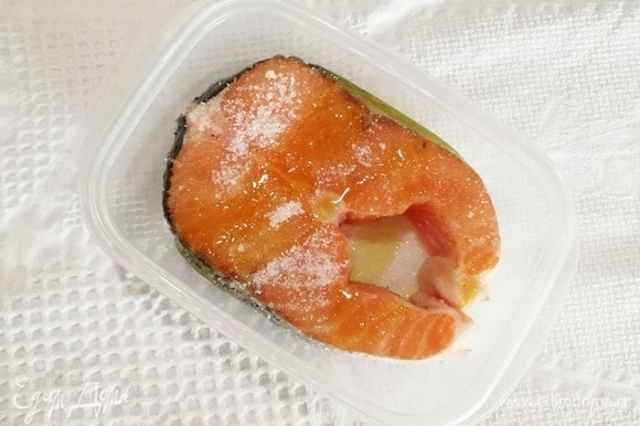 В первую очередь замаринуем семгу. Солим рыбу, посыпаем сахаром, сбрызнем растительным маслом. Оставляем рыбу мариноваться на 1 час при комнатной температуре или на 2 часа в холодильнике. За время маринования несколько раз переворачиваем рыбу.