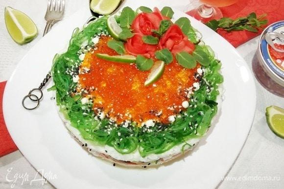 Осталось украсить верх торта зернами кунжута, дольками лайма и зеленью.