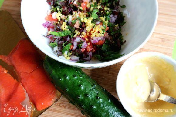 Смешать лук, салатный микс, красную рыбу, креветки, цедру, нарезанный на кубики один небольшой огурец, посолить, поперчить, перемешать. Приготовить заправку, смешав желток, измельченный вилкой, дижонскую горчицу, оливковый майонез, лимонный сок. Заправить салат этой смесью.