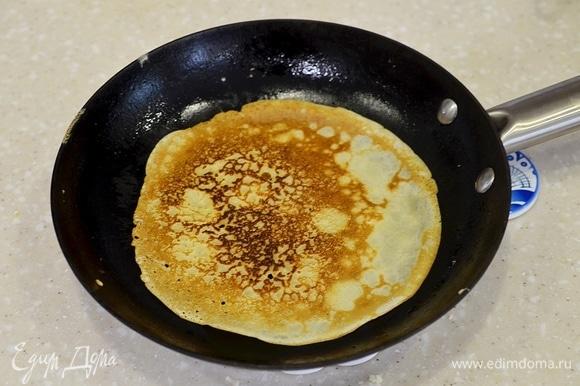 Обжаривайте блины, смазывая сковороду маслом.
