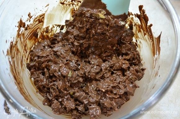 Шоколаду дать немного остыть. Затем вылить на кукурузные хлопья. Размешать, чтобы шоколад полностью покрыл шоколадные хлопья.