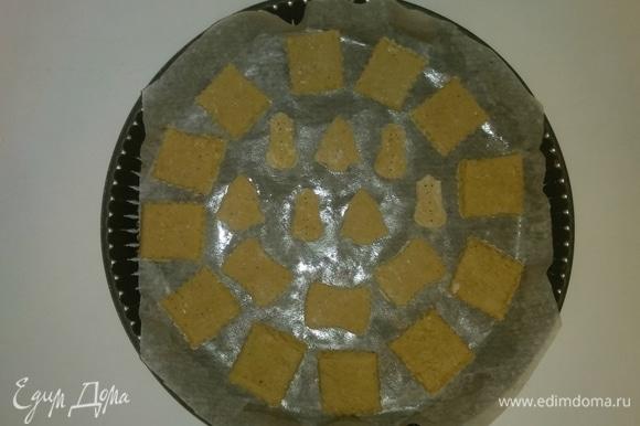 Противень застилаем бумагой для выпечки и смазываем ее оливковым маслом. Выкладываем на противень печенье. Разогреваем духовку до 175°C и выпекаем печенье около 12–15 минут (зависит от духовки) до золотистого цвета.