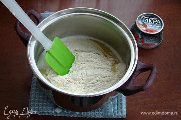 В горячую водно-масляную смесь всыпать сразу всю просеянную муку и быстро замесить эластичное однородное тесто.