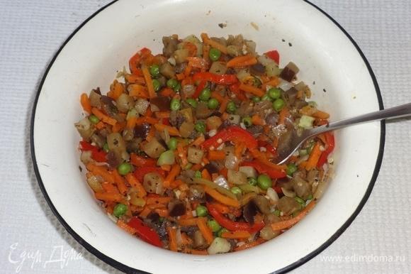 Обжаренные овощи выложить в миску и остудить.