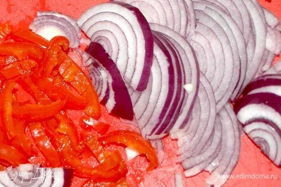 За это время нарезать лук полукольцами. Порубить петрушку или кинзу. Красный острый перец очистить от семян и нарезать полукольцами.