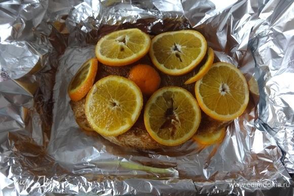 На апельсины кладем кусок мяса, поверх выложить остальные кружки апельсинов.