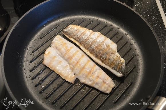 Хорошо разогреть сковороду-гриль, смазать оливковым маслом и обжарить филе с обоих сторон примерно по 1 минуте. Морскую рыбу во время приготовления я солю редко, но всегда использую сок лимона или лайма уже на готовом блюде.