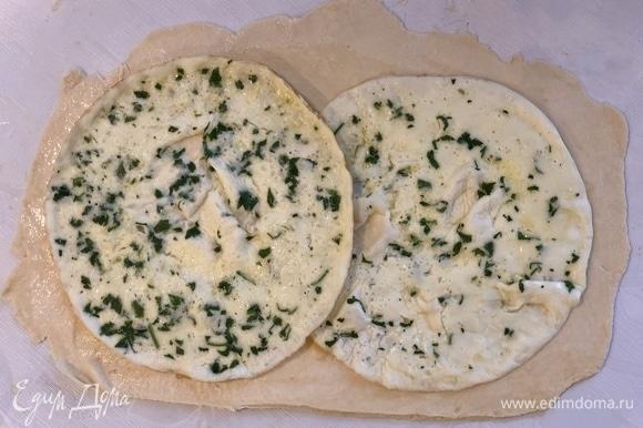 Положить оба омлета на тесто (они должны немного заходить друг на друга), оставив 2 см по краям свободными.