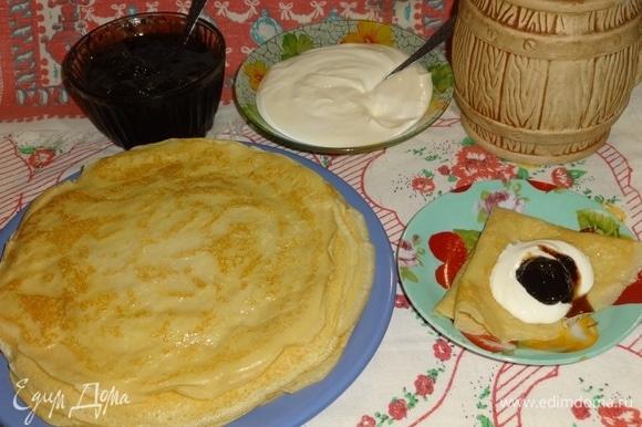Подать блинчики на стол горячими со сметаной, вареньем, медом или несладкими добавками. Угощайтесь! Приятного аппетита! Веселой Масленицы!