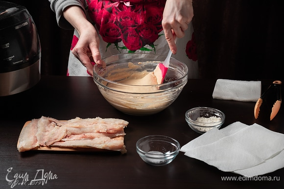 Добавьте муку, желток, соль и перец, перемешайте. Тесто должно быть густое, как для оладий.