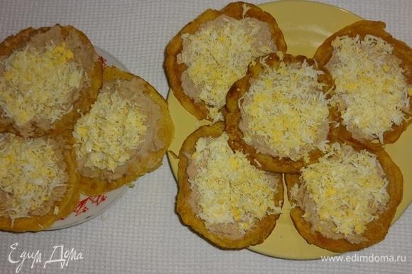 Посыпать блинчики измельченными яйцами, немного посолить.