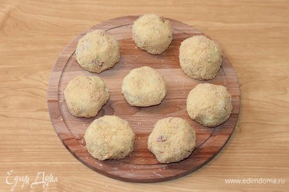 Сформовать из картофельного теста шарики (8 штук) и обвалять в панировочных сухарях.
