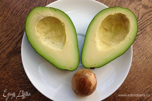 Авокадо режу на две части, вынимаю косточку.