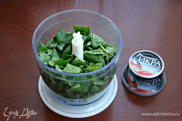 В первую очередь приготовим шпинатное пюре. Для этого свежий шпинат промыть и пробить в блендере с растительным маслом и щепоткой соли в кашицу.