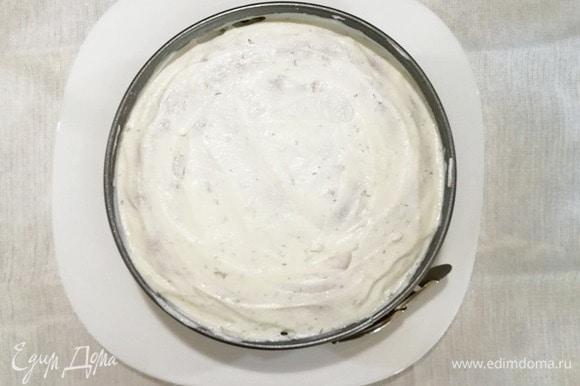 Покрываем творожным кремом и убираем в холодильник минут на 30. Затем снимаем кольцо и украшаем торт.