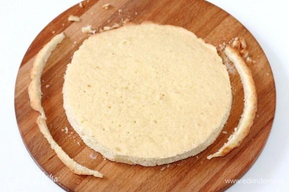У коржа при помощи тарелки, аккуратно обрезать край. Получился корж Ф=18 см.